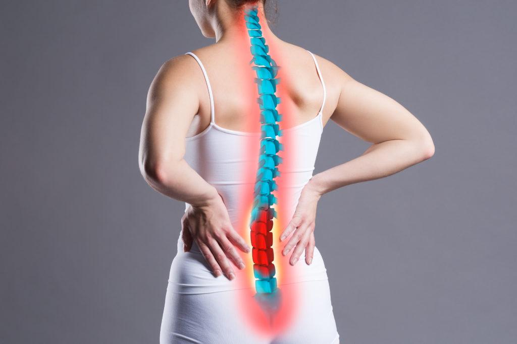 femme ayant mal au dos et voulant consulter un ostéopathe.