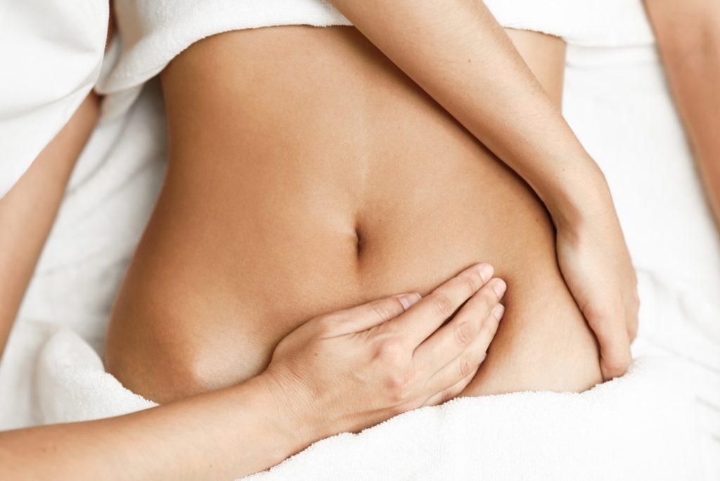 mains sur ventre traitant troubles digestifs