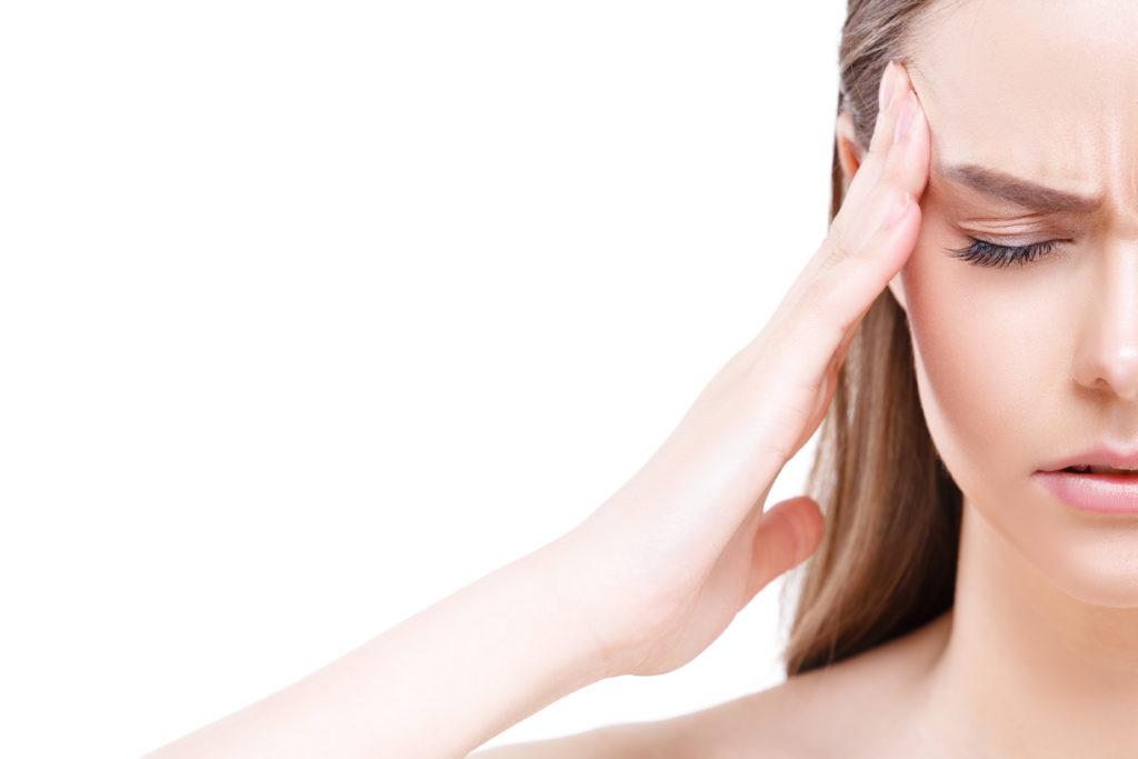 femme ayant des migraines et voulant consulter un ostéopathe