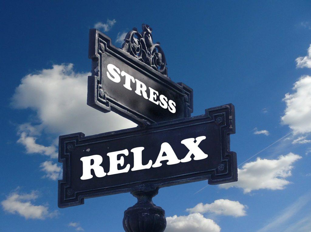 panneaux noirs sur fond de ciel bleu. STRESS sur un panneau RELAX écrit sur le panneau en dessous dans une direction 90° opposée le chemin de Oh Stress SOS ostéo